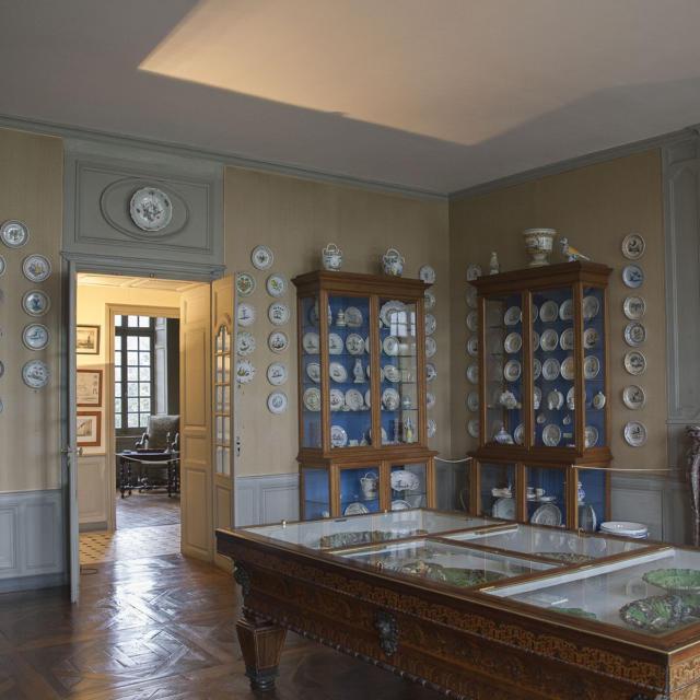 Musée Dupuy-Mestreau - Exposition de nombreuses faïences