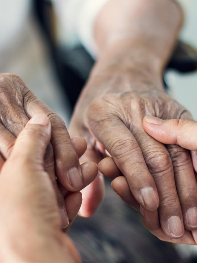 Personnes âgées - mains unis