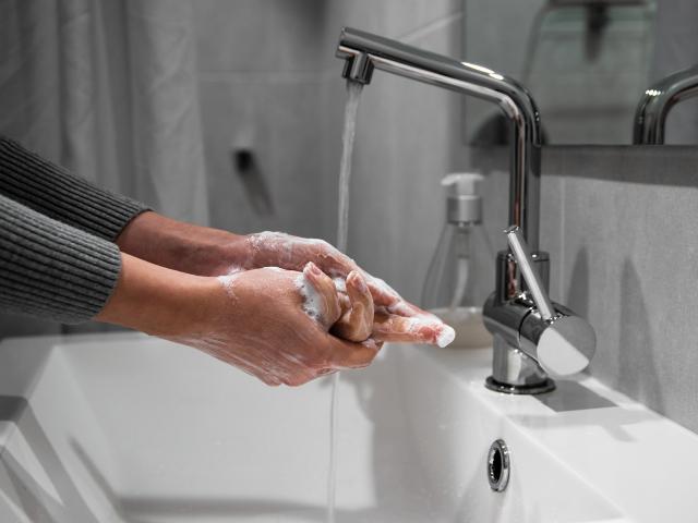 Gestes barrières nettoyage mains
